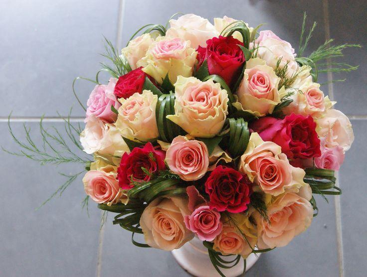 Bouquet de Mariée avec roses roses et beargrass.