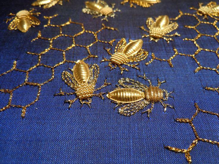Golden bees embroidered on silk Metallic thread.                Abeilles brodées sur soie, fil métallique, cannetille et navettes métalliques