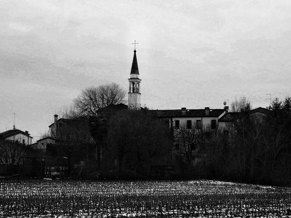Panorama di Maddalene #Vicenza Il campanile dell'antica Chiesa si erge sopra i tetti delle case