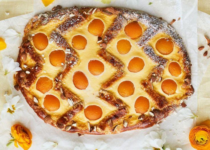 Leivo iki-ihana rahkapiirakka pellille pääsiäismunan muotoon. Appelsiinimehusta syntyy raikas piiraspohja, ja täytteessä yllättää smetana.