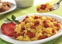 Mejora: Hazlo tú mismo, sólo te tomará tres minutos, más o menos el mismo tiempo que tienes que esperar en una cafetería. Bate un huevo en un plato pequeño y cocínalo en el microondas por uno o dos minutos. Cúbrelo con tocino canadiense, una excelente fuente de proteína magra (2 g de grasa), y ponlo en un panecillo de trigo integral. Acompáñalo con jugo de toronja. Beber jugo de toronja antes de las comidas ayuda a reducir los niveles de insulina y promueve la pérdida de peso.