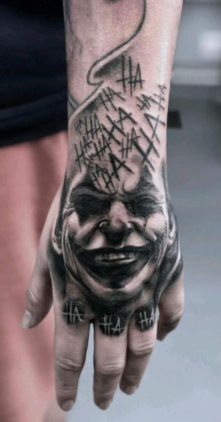 Jj Tattoos, Sleeve Tattoos, Cool Tattoos, Joker Tattoos, Batman Joker Tattoo, Joker Card Tattoo, Tatouage Main Hamsa, Herren Hand Tattoos, Skull Hand Tattoo