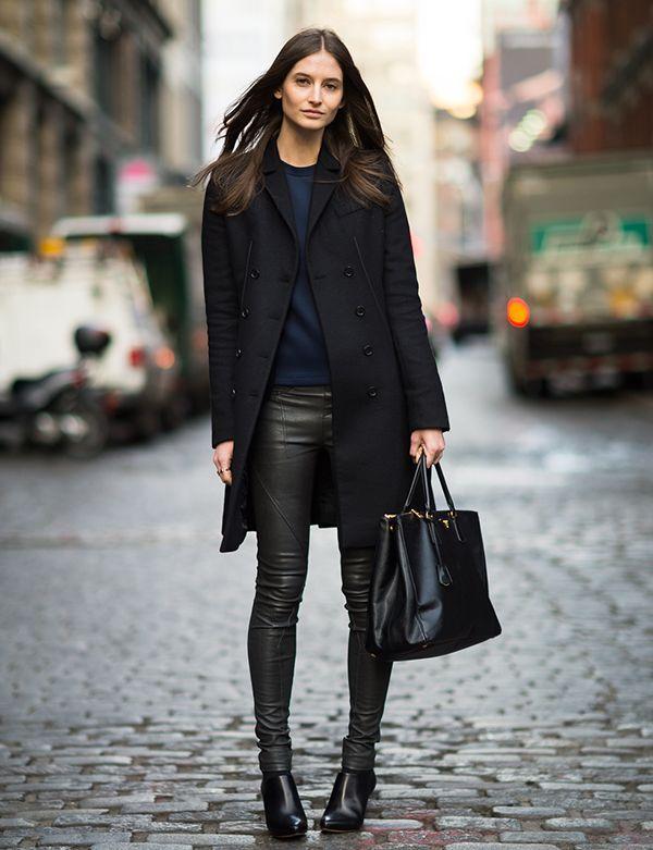look legging de couro e casaco preto