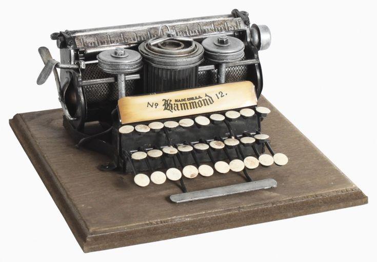 Machetă de maşină de scris, cadoul vintage perfect pentru un iubitor al scrisului.