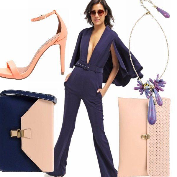 Tuta jumpsuit blu navy con scollo profondo aderente maniche a 3/4, sandali con tacco rosa corallo. Due opzioni per le borse, una a tracolla blu e rosa e l'altra pochette color nude, collana chic con i toni del viola, placcata in oro!