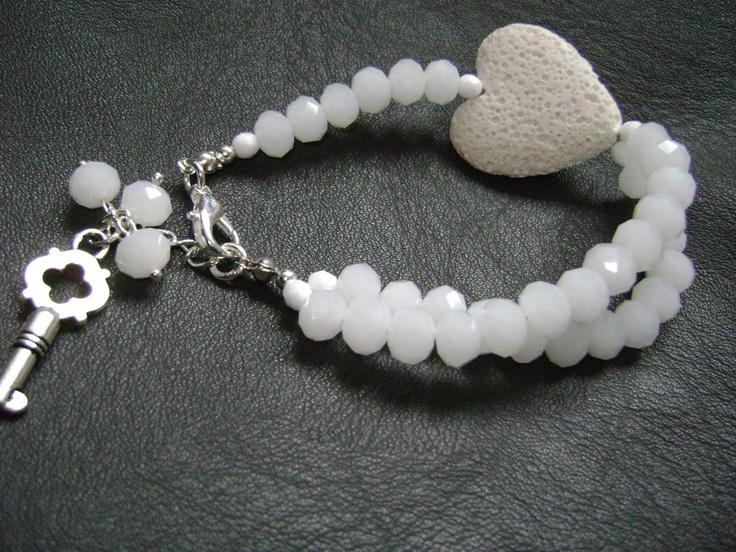 beli koral u obliku srca i kristali