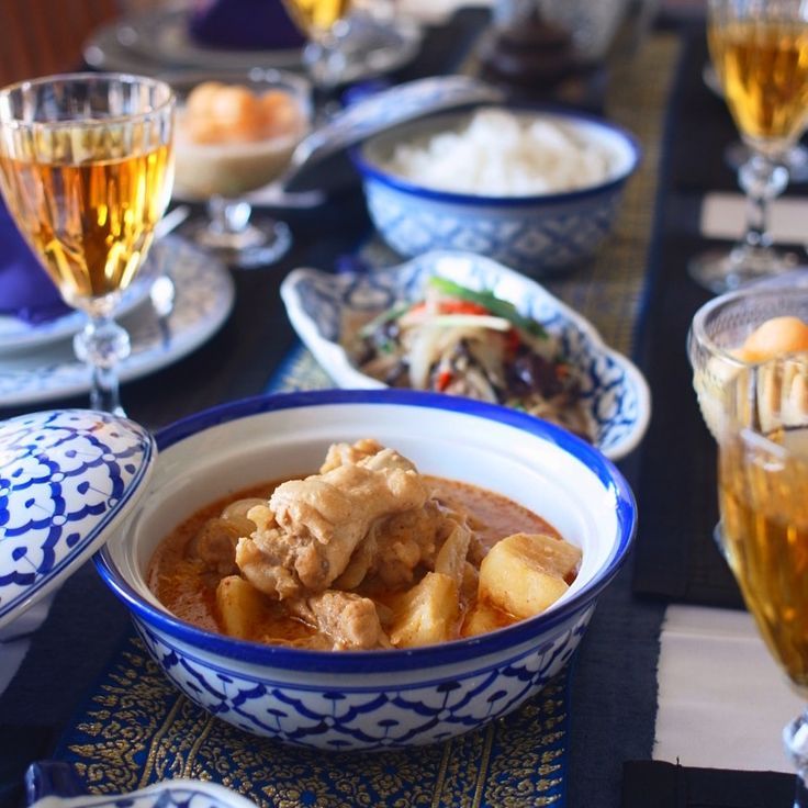 タイ料理教室 SIRI KITCHEN: 本日のプライベートレッスン🇹🇭️😍🎶あの#大人気 の#マッサマンカレー を作りました😋今日も美味しくて楽しい時間ができて、感謝します🙏😍 . privateclass วันนี้ค่ะ นักเรียนรีเควสเมนู #มัสมั่นไก่ หมูผัดขิง #อร่อย  . . . . . . . . #タイ料理 #タイ料理教室 #タイ料理レッスン #タイ料理好き #エスニック料理 #アジア料理 #料理教室   #代官山 #中目黒   #クッキングラム  #テーブルコーディネート #フードコーディネーター #フードスタイリスト #インスタ映え #おもてなし料理 #夜ごはん #おうちごはん  #タイカレー #sirikitchen #siri先生 #massamancurry #thaifood #thaicooking #cookingschool #onthetable #thaicurry