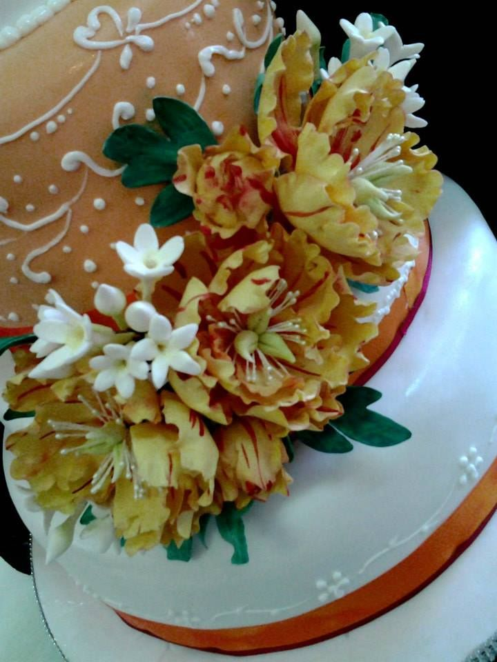 #wedding con peonie gialle e striature rosse https://www.facebook.com/pages/pasticceria-La-Mimosa/216167395073182