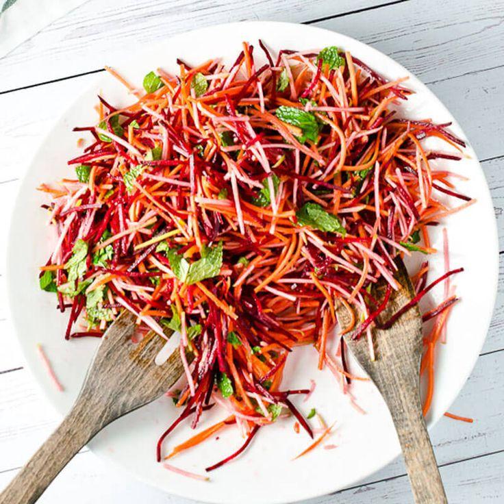 Экология потребления. Еда и рецепты: Вы можете есть очищающие салаты целый день, можете заменить им обед, а ещё лучше ужин. В идеале неплохо было бы есть такой салат каждую неделю. Основными составляющими салата являются капуста, морковка и свёкла.