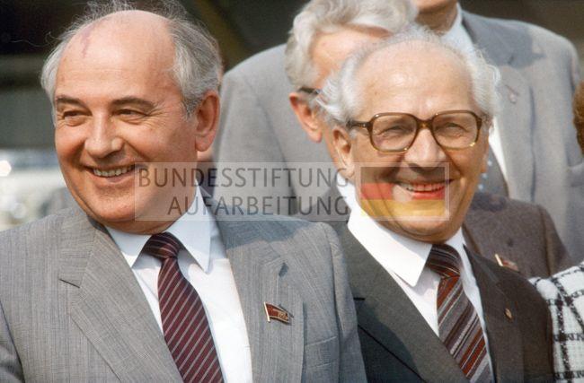 Berlin (Bezirk Berlin) DDR, 27. 05. 1987. Foto (v.l.n.r.): Michail Gorbatschow (KPdSU), Erich Honecker (SED) auf dem Flughafen Schönefeld | Archiv / Bibliothek | Archiv | Fotobestände | Bestand Klaus Mehner