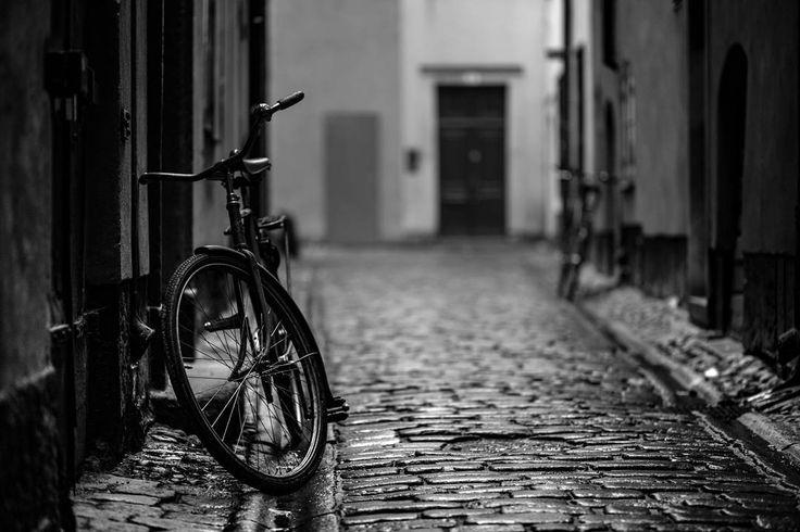 I'll wait right here.. . . . . #scottkelby #wwpw2017  #streetphotography #wwpw2017se #worldwidephotowalk #photowalk #streetphotography #ig_worldwide #photowalk #rainyday #worldwidephotowalk2017 #stockholm #bike #gamlastan