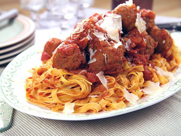 Donal Skehans små köttbullar kokta i mustig tomatsås. Italienska köttbullar med pasta och tomatsås när de smakar som allra bäst.