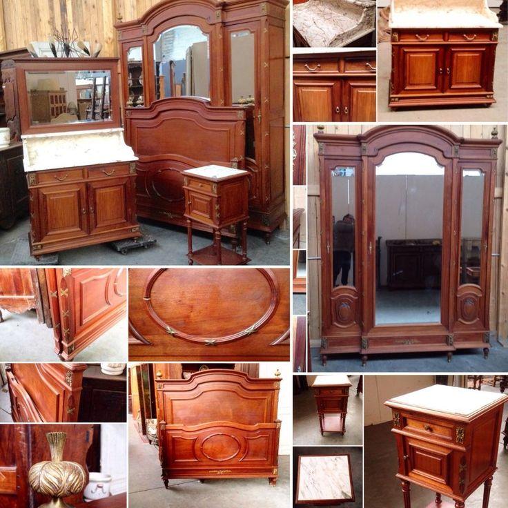 chambre comportant ,  lit , chevet ,armoire, coiffeuse bois acajou . XX siècle .