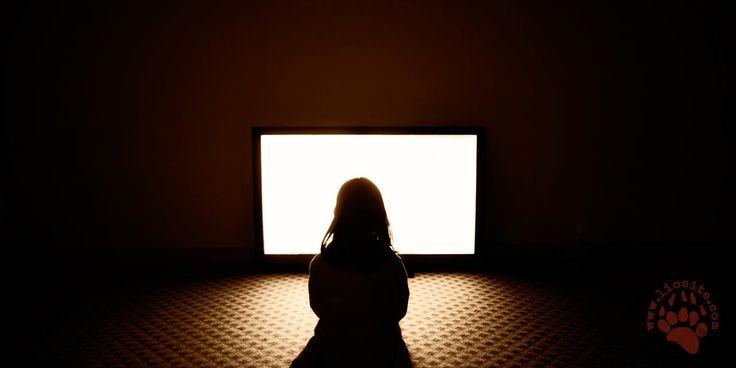 """Un saggio sulla televisione di oltre 20 anni fa.  Allora, come madre, mi ponevo un sacco di domande...  """"Ladra di tempo, serva infedele"""" così veniva definita la televisione. Ed oggi? Oggi non abbiamo più solo UNA serva infedele, ne abbiamo molte e le cose non sono migliorate di certo.   """"Il tempo trascorso a guardare la televisione allontana il bambino dalla lettura; la capacità di leggere è scarsamente sviluppata, e il valore della lettura trascurato. #johncondry, #televisione, #bambini,"""