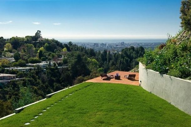 Rihanna's Home in Beverly Hills, California - Check out the mansion where Riri spends most of her spare time. Take a tour in Rihanna's home in Beverly Hills, California. The young songbird clearly needs some privacy from the hordes of paparazzi.