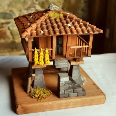 Granary (horreo) in miniature, with corridor ceiling tile reproduction of 20x20x20cm.  Working full manual.