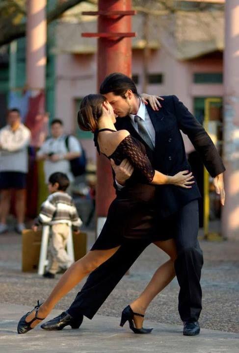Estas personas están bailando un tango en las calles de Buenos Aires. Usted puede tomar clases de baile en Argentina.