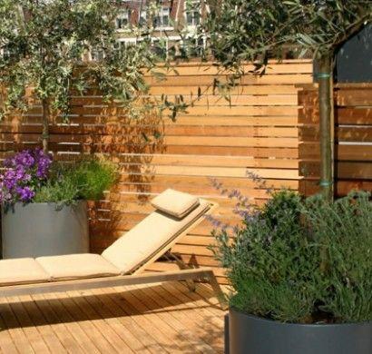terrassensichtschutz-holzterrasse-liege-pflanzen-terrassenholz