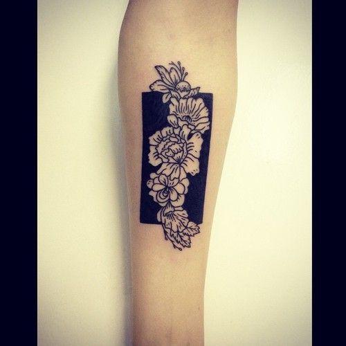 Découverte il y a quelques temps déjà, la tatoueuse australienne basée à Berlin, Sophie Lee, mérite amplement un petit focus. D'autant plus parce qu'elle officie chez AKA, un studio de tattoo où résidents et invités sont aussi talentueux qu'hétéroclites.  Ne cherchez pas des réalisations colorées avec des étoiles ou des licornes, Sophie est dans un univers bien plus barré et plus intéressant selon moi, portraits, végétaux, dessins surréalistes…