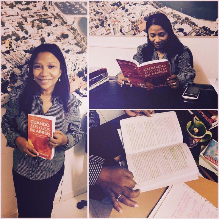 Encontremos La pastora Nayibe de Santa Marta estudiando mi libro en su oficina.