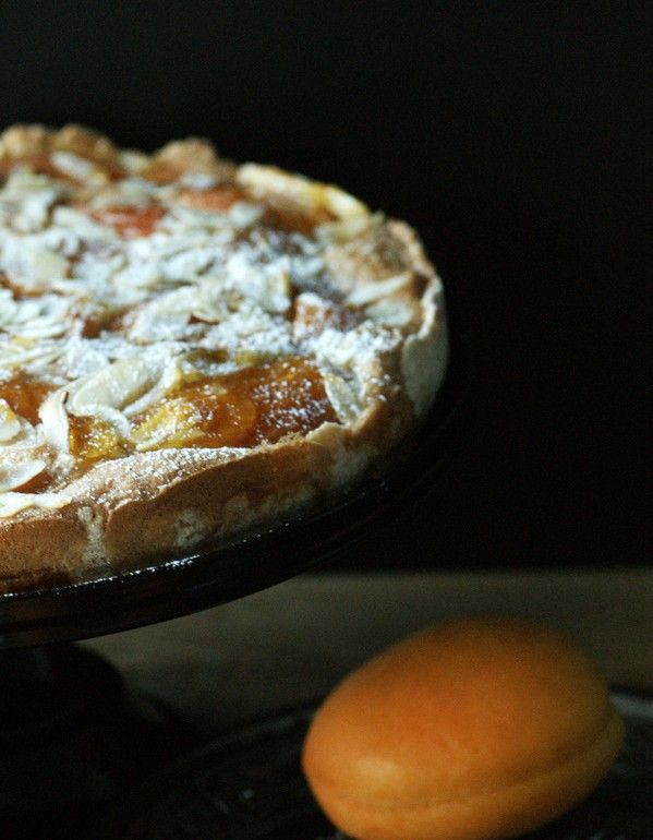 Aprikosentarte mit Mandelguss - perfektes Rezept für einen einfachen Sommerkuchen. Schnell gemacht und sündhaft lecker!