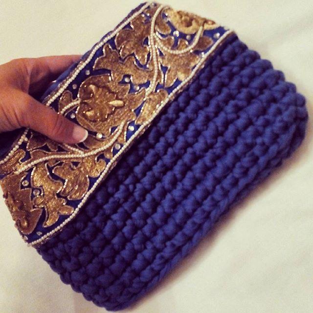 Esta #pasamanería es una #joya #con hilo de #oro y #perlitas  Este me lo quedo para mí  #bolsocrochet #bolsodemano  #trapillo #crochet #diy #handmade #Bebo_Los_Vientos #azul #blue #dorado #gold #klein #lohechoamanomolamás