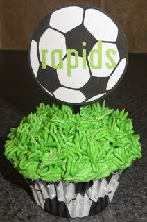 These would be great for a team party! Don't forget to organize everything your party needs online at SignUpGenius.com, of course. #Soccer #TeamParty #Cupcake #TeamSnack