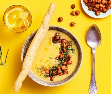 Bjud på en härligt krämig pumpasoppa - en riktig färgklick när du behöver det som mest! Den här soppan gör gott för själen både smak- och utseendemässigt. Servera med grissini och knapriga rostade kikärtor.