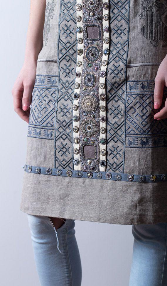 Фартук коллекции LEVADNAJA DETAILS поверх джинс.