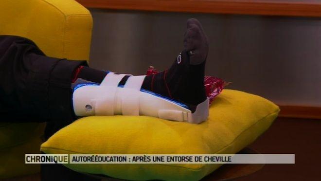 Chaque jour en France, 6.000 personnes sont victimes d'une entorse de la cheville. Une entorse correspond à la lésion d'un ligament. Ce dernier guide et limite le mouvement de l'articulation. En cas d'entorse de la cheville, le médecin prescrit généralement de la rééducation. Mais en plus de la kinésithérapie traditionnelle, il est possible de réaliser quelques exercices à la maison : c'est l'auto-rééducation.