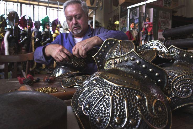 Uno dei miei momenti preferiti nella costruzione di un pupo siciliano... l'assemblaggio dell'armatura! - One of my favourite moments while making my Sicilian puppets... to assemble the armor!