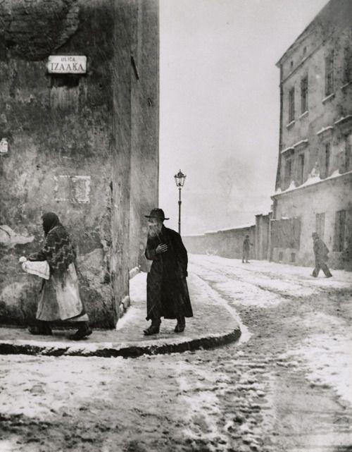 "mianoti:  "" Roman Vishniac, Isaac Street, Cracow, 1938, gelatin silver print  """