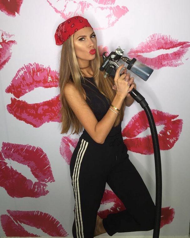 Alerta peso-pesado: Giovana Duval acompanhou a turnê Honeymoon, de Ariana Grande, pra aplicar jet bronze diariamente na cantora! (Foto: Divulgação)