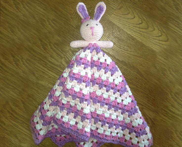 En hæklet sutteklud med en sød hæklet kanin i toppen. Suttekluden kan hækles i mange forskellige farver.