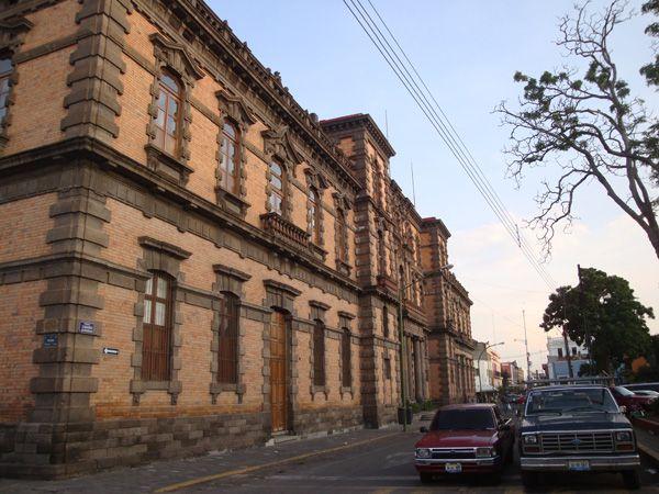 El Museo de Arqueología de Occidente es uno de los edificios emblemáticos del Centro Histórico de Guadalajara,cuya belleza arquitectónica atrae la mirada de quienes pasan por su acera. Está construido de cantera gris y roja, con