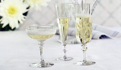 Kolme erilaista samppanjalasia. Esitelty Antiikki & Designin numerossa 4/2015. Kuva Heikki Rautio. Three different kind of champagne glasses.