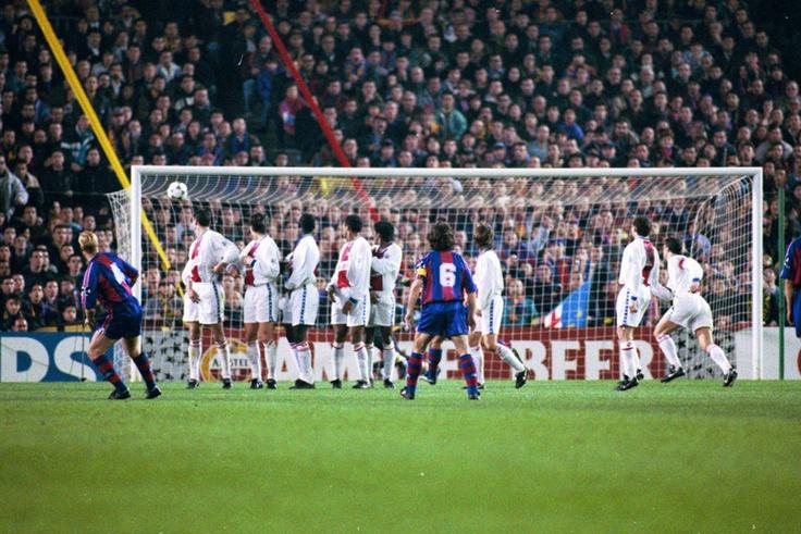 Partido de ida de cuartos de final de la Champions League 1994-95 entre el Barça y el PSG disputado en el Camp Nou. Ronald Koeman ejecuta una falta.