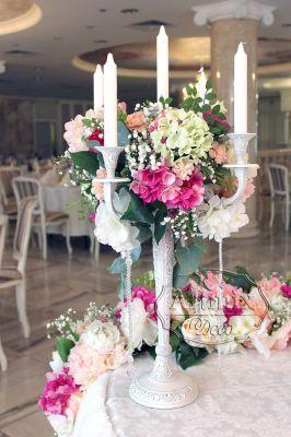 Канделябры с цветочной композицией