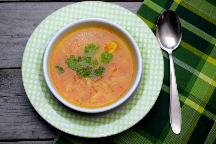 Táto zeleninová polievka ti nezaberie veľa času. Iba 20 minút a máš hotovo. Je chutná, výživná a ak ju urobíš bez halušiek, dopraj si ju pokojne aj na večeru.