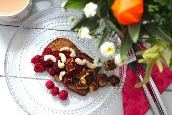 Suut makiaksi saa maukkaalla leipäjuustoherkulla. Jyväinen Kultakaura saa seurakseen paistettua leipäjuustoa, joka nauttii loppukesän marjaisasta sadosta.