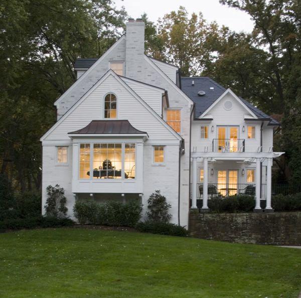 BeautifulWhite Houses, Bays Windows, Dreams Home, Sweets, Home Exterior, Beautiful Home, Bay Windows, Dreams House, Curb Appeal