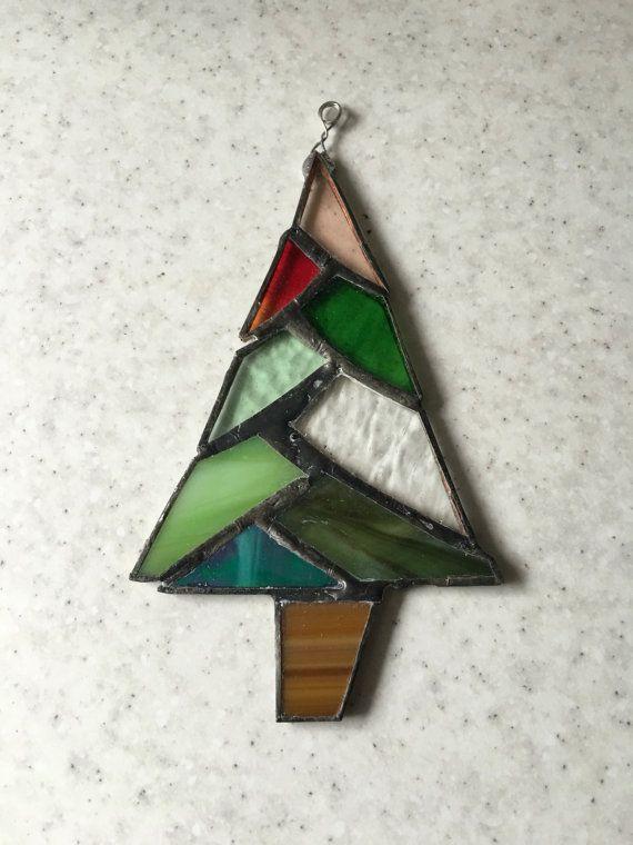 Een kerstboom lappendeken gebrandschilderd glas.  Het zit in de de palm van uw hand.  Dit wordt gemaakt als een suncatcher in plaats van een decoratie voor een boom, maar het ontwerp heel robuust is.