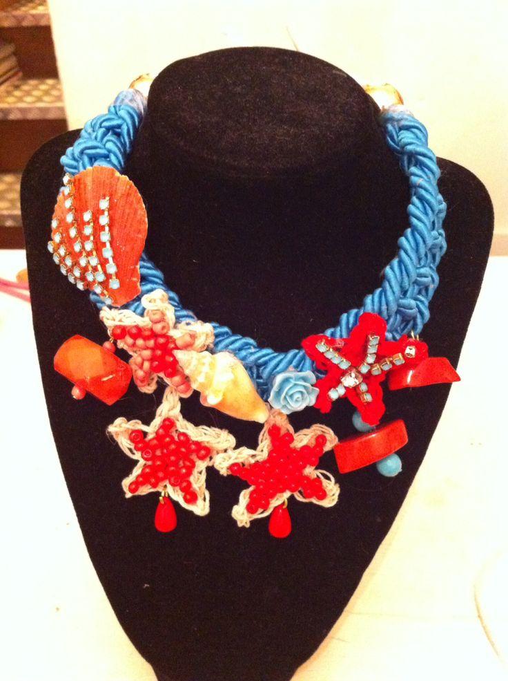 Collana cordone crochet coralli e conchiglie