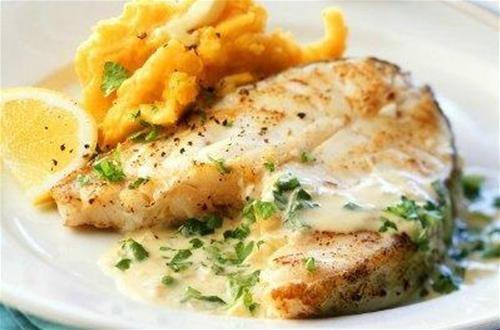 Pelez les pommes de terre, faites les cuire dans l'eau salée, égouttez les et écrasez les en...