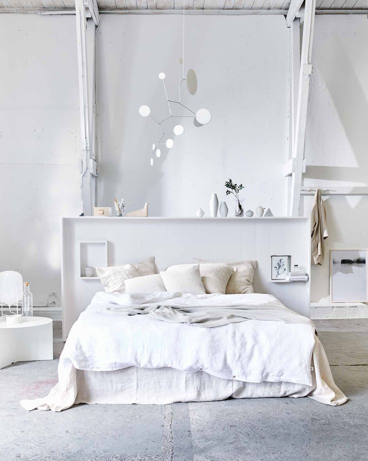 Witte slaapkamer met linnen dekbedovertrek | White bedroom with linen bedsheets | vtwonen 07-2017 | Fotografie Jeroen van der Spek | Styling Cleo Scheulderman
