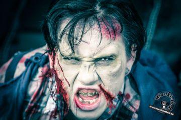 Eine schnelle und einfache Idee für die diesjährige Halloween Party: Zombie. Kostüm & Makeup einfach zum selber machen. Ein DIY Horror Halloween Outfit, welches wir beim Zombiewalk gesehen haben. Cool gemacht und ganz schön blutig! Besucht die Website für weitere Ideen. Foto @ David Hennen, Musikiathek