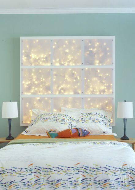 Tête de lit guirlandes lumineuses. L'idéal est de trouver des guirlandes lumineuses fonctionnant à pile pour éviter les prises qui dépassent, mais le rendu lumineux de nuit doit valoir le détour.