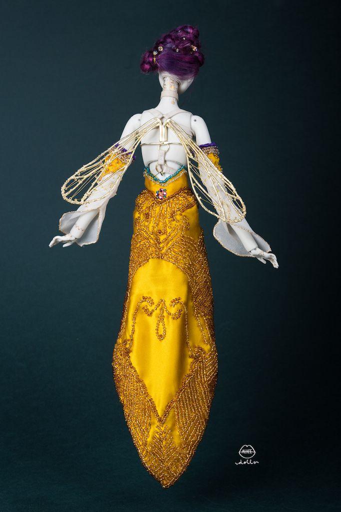 Ilustratoarea Alexandra (Alice) Rapcencu și-a petrecut doi ani cercetând modul perfect de a crea Alice Dolls: păpuși de porțelan care întrupează mituri și simboluri mitologice ale poporului român. Ileana Cosânzeana, Sânzienele sau Ielele s-au transformat în mici obiecte de artă vândute cu mii de euro în toată lumea.