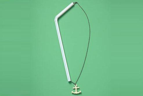 Enfilez votre collier à travers une paille pour empêcher la chaîne de s'emmêler quand vous le rangez.