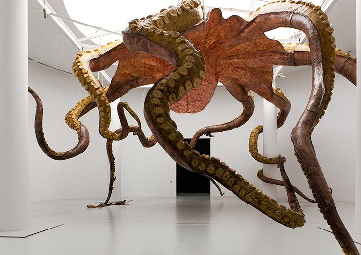 L'artiste chinois Huang Yong Ping expose en ce moment au Qatar une installation d'une sculpture géante de monstre marin sous la forme d'une pieuvre dont les tentacules remplissent toute la galerie jusqu'à ce qu'une amène vers une tortue perdue au milieu de déchets et de pétrole.